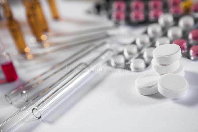 Download Farmaceutische Medicijn En Geneeskundepillen In Pakken Stock Afbeelding - Afbeelding bestaande uit hand, hospital: 114226075