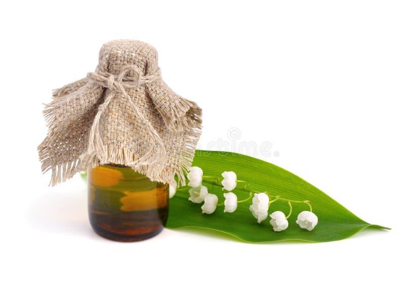 Farmaceutisk flaska och liljekonvalj arkivfoto