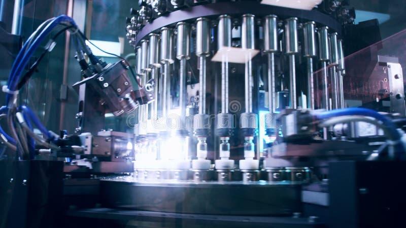 Farmaceutisk tillverkningslinje på fabriken Farmaceutisk kvalitets- kontroll arkivfoto