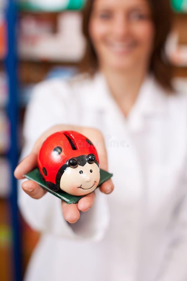 Farmaceuty mienia Ladybird Kształtny Coinbank zdjęcia stock