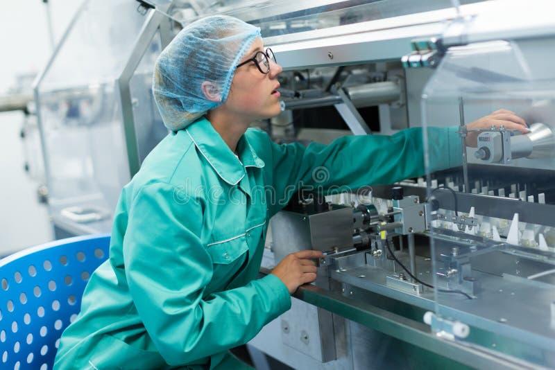 Farmaceutyczny pracownik fabryczny przy miejscem pracy obraz royalty free