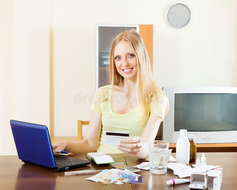 Farmaci di acquisto della donna su Internet immagini stock libere da diritti