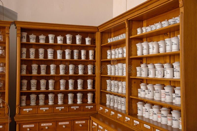 Farmacia en el claustro Plasy imagen de archivo