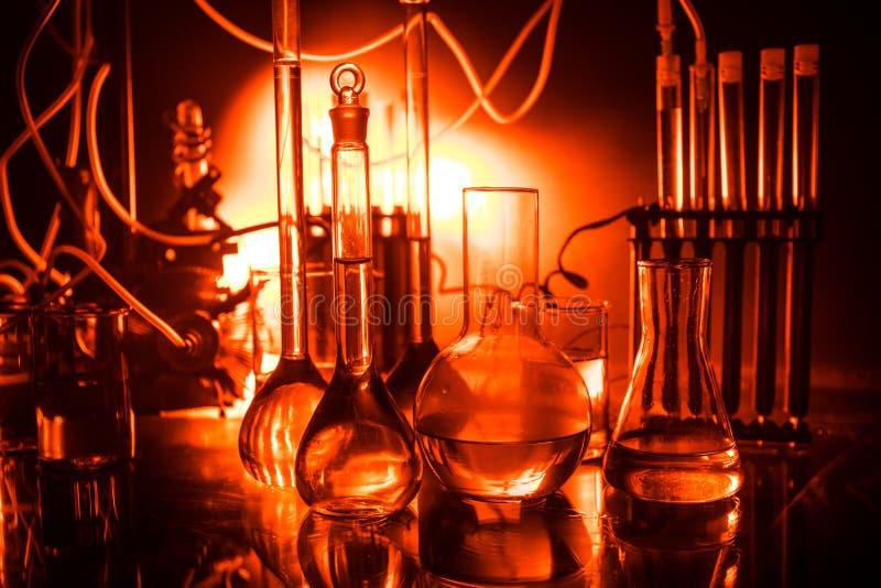 Farmacia y tema de la qu?mica Pruebe el frasco de cristal con la soluci?n en laboratorio de investigaci?n Ciencia y fondo m?dico  imágenes de archivo libres de regalías