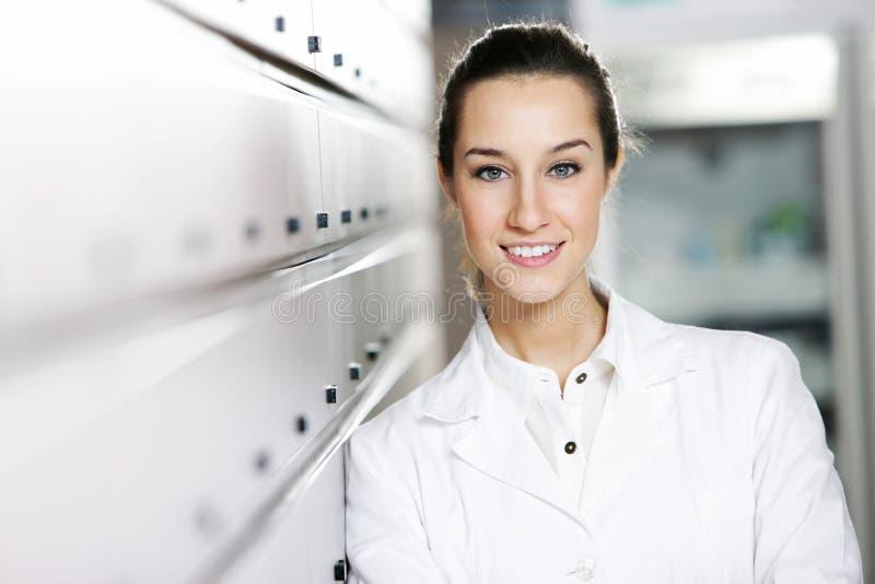 farmacista alla farmacia fotografie stock