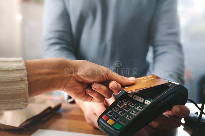 Farmacista che accetta la carta di credito dal pagamento senza contatto fotografia stock libera da diritti