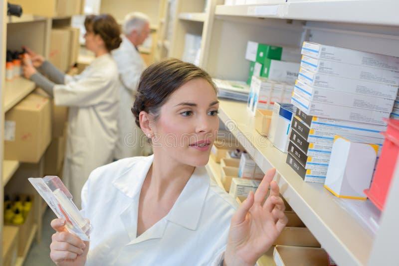 Farmacista che cerca la medicina immagini stock libere da diritti