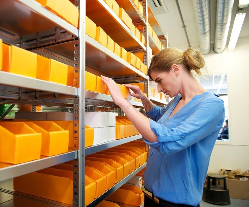 Farmacista che cerca la medicina e le prescrizioni fotografie stock