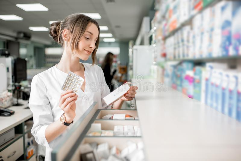 Farmacista che lavora nel deposito della farmacia fotografie stock
