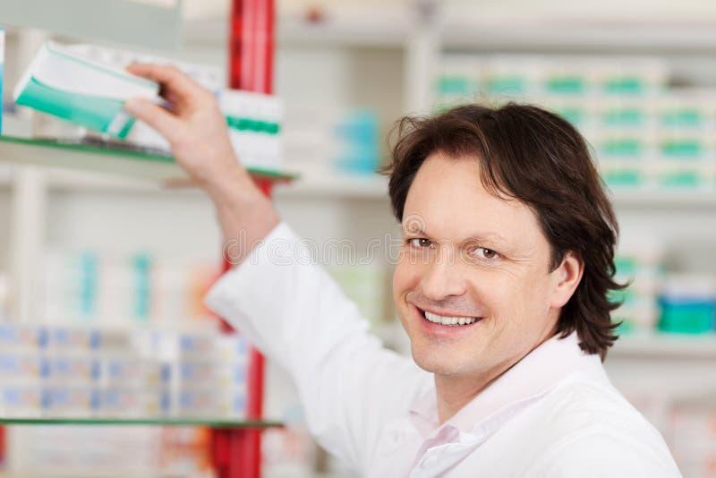 Farmacista che sceglie medicina immagine stock