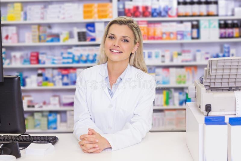Farmacista che sorride alla macchina fotografica immagine stock