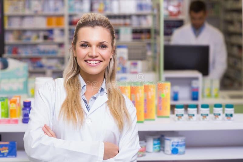 Farmacista che sorride alla macchina fotografica fotografia stock