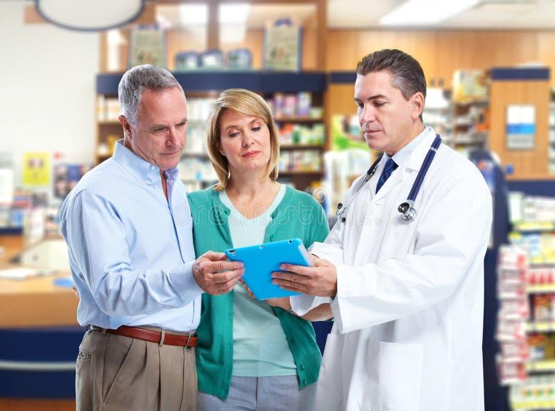Farmacista con una coppia senior. immagini stock