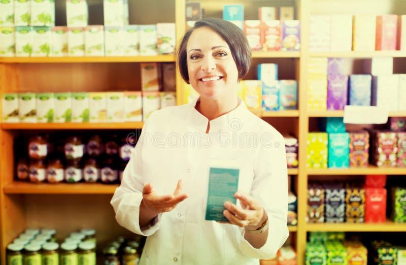 Farmacista della donna in deposito fotografia stock libera da diritti