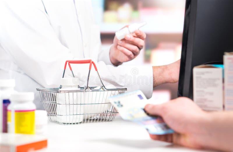 Farmacista e cliente al contatore della farmacia fotografia stock
