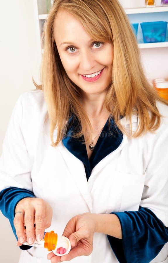 Farmacista femminile con la prescrizione fotografia stock
