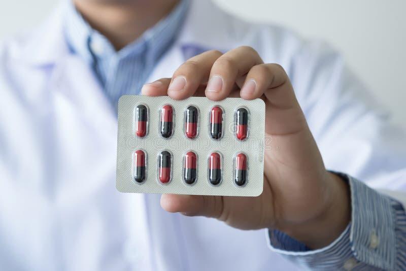 farmacista femminile h della bottiglia della medicina della tenuta del farmacista di sanità fotografia stock libera da diritti