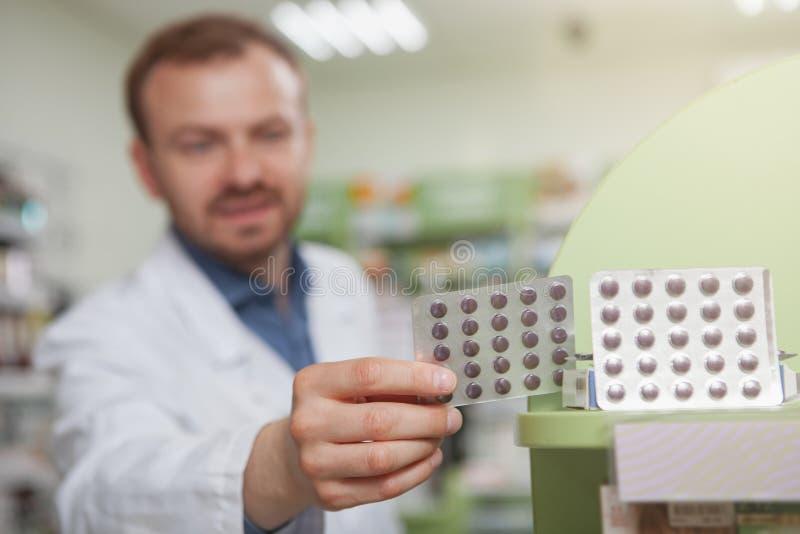 Farmacista maschio maturo allegro alla farmacia immagini stock libere da diritti