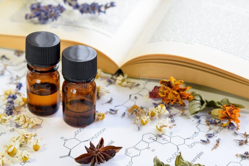 Farmacista naturale con gli oli essenziali fotografia stock