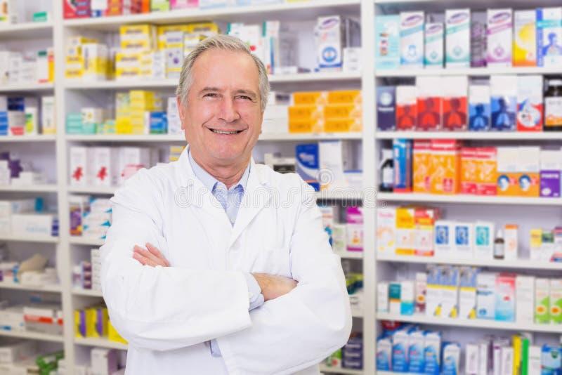 Farmacista senior che sorride alla macchina fotografica fotografie stock libere da diritti