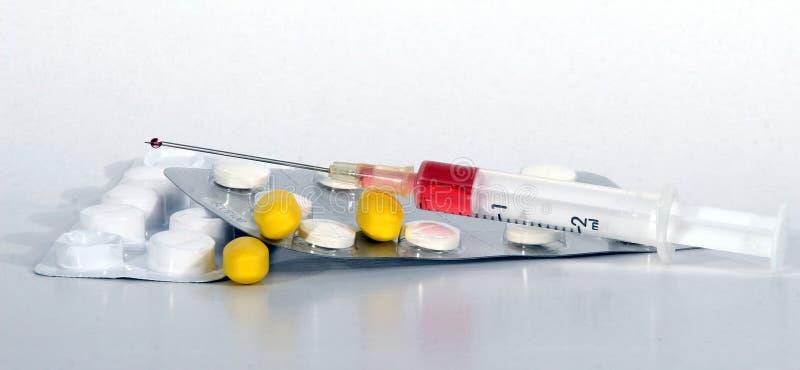 Farmaco e una siringa fotografia stock libera da diritti