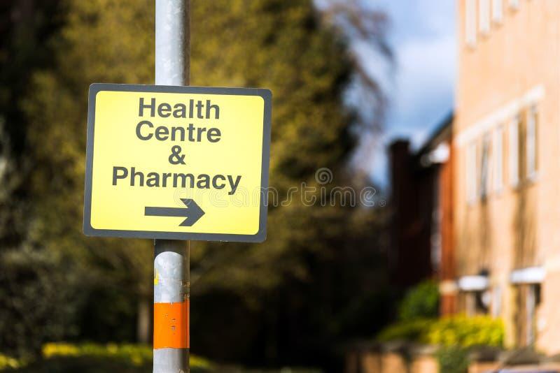 Farmacy vårdcentralriktningsvägmärke på vägen i UK arkivfoton