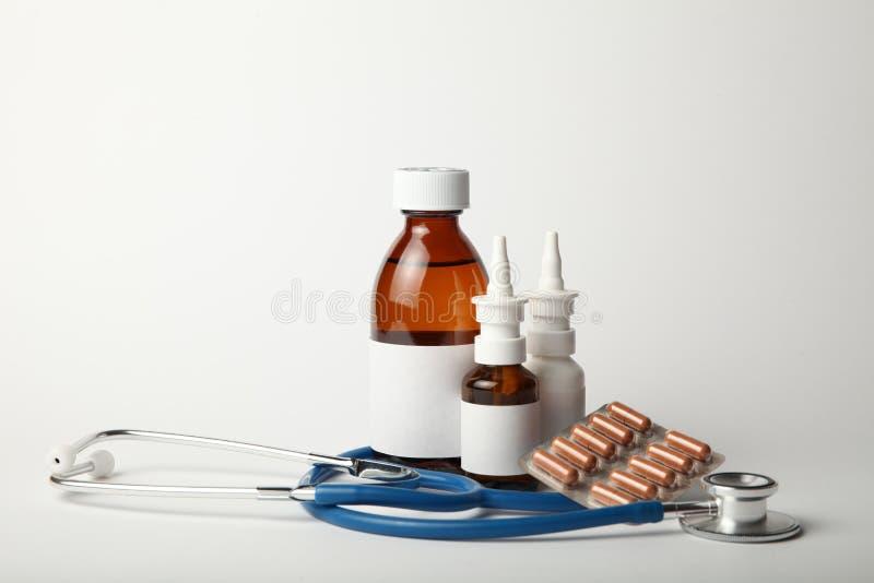 Farmakologiczne medycyny dla zimnego i grypowego wirusa Antybiotyki, kropli kiść w nosie obraz stock