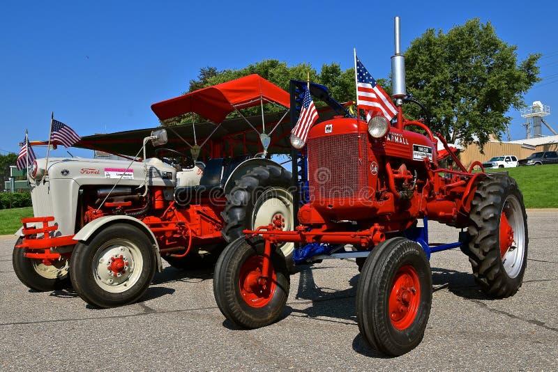 Farmall gröngöling- och Ford traktorer arkivfoton