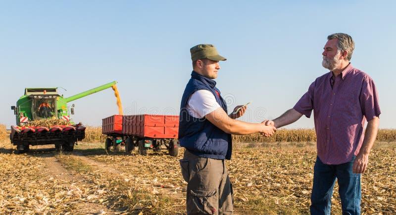 Farmer μετά από τη συγκομιδή του καλαμποκιού στοκ φωτογραφίες με δικαίωμα ελεύθερης χρήσης