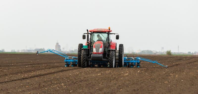 Farmer με τις συγκομιδές σόγιας σποράς τρακτέρ στο γεωργικό τομέα στοκ εικόνες με δικαίωμα ελεύθερης χρήσης