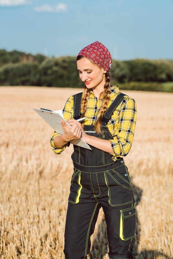 Farmer που κάνει την επιχειρησιακή διοίκηση στον τομέα στοκ φωτογραφία