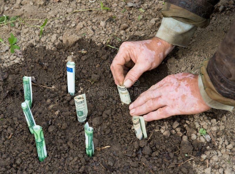 Farmer που φυτεύει τα χρήματα στοκ φωτογραφία