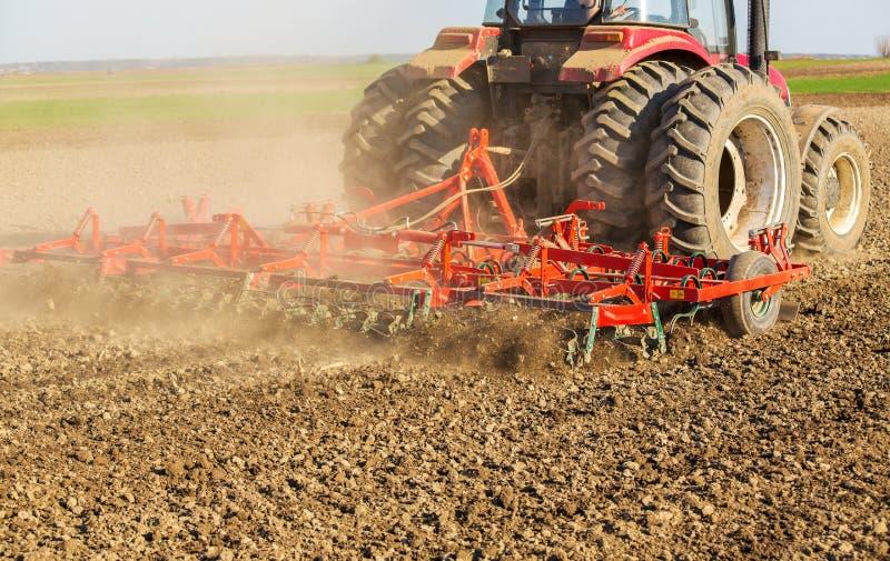 Farmer στο τρακτέρ που προετοιμάζει το έδαφος με τον καλλιεργητή φυτωρίων στοκ φωτογραφίες