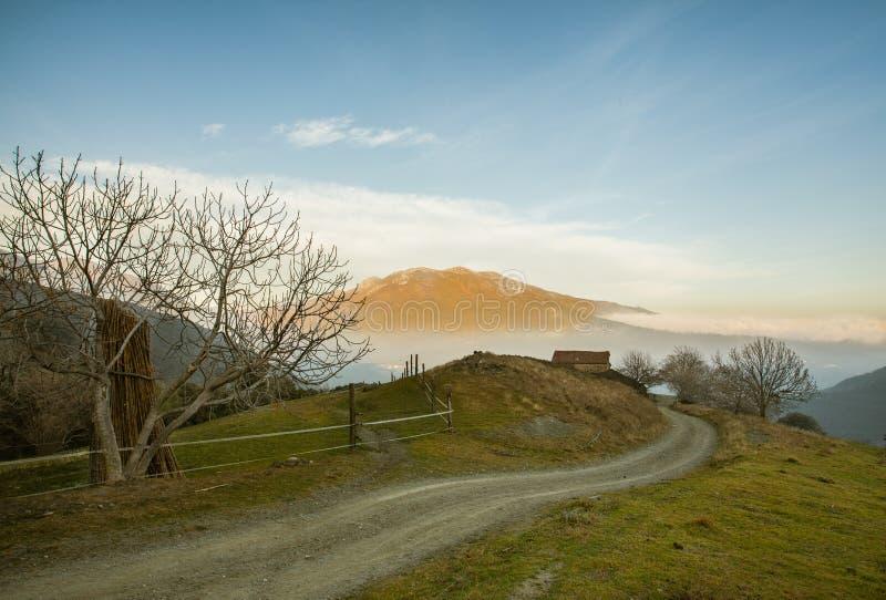 Farmershouse catalan avec la soirée de massif de Montseny image stock