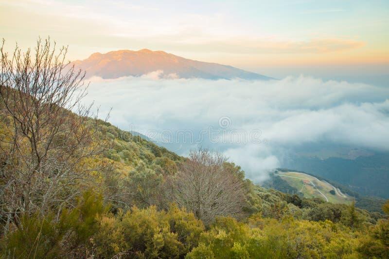 Farmershouse catalan avec la soirée de massif de Montseny photos libres de droits