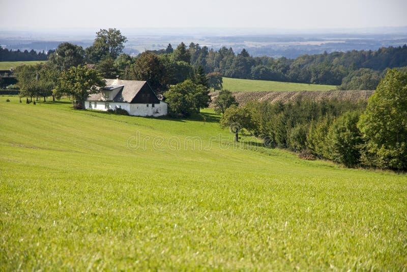 farmhouse πεδία πράσινα στοκ εικόνα με δικαίωμα ελεύθερης χρήσης