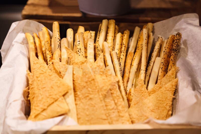 Farmhouse Breadsticks italianos estilados, frescos, cozidos Grissini Pão, pentes de lápis de pão cozido seco e estalado Carapaça  fotos de stock royalty free