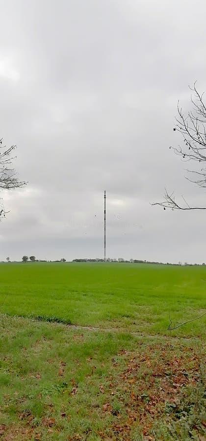 Farmland con impianto radio fotografia stock libera da diritti