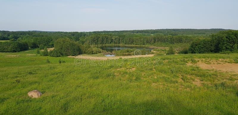 Farmland con lago immagini stock