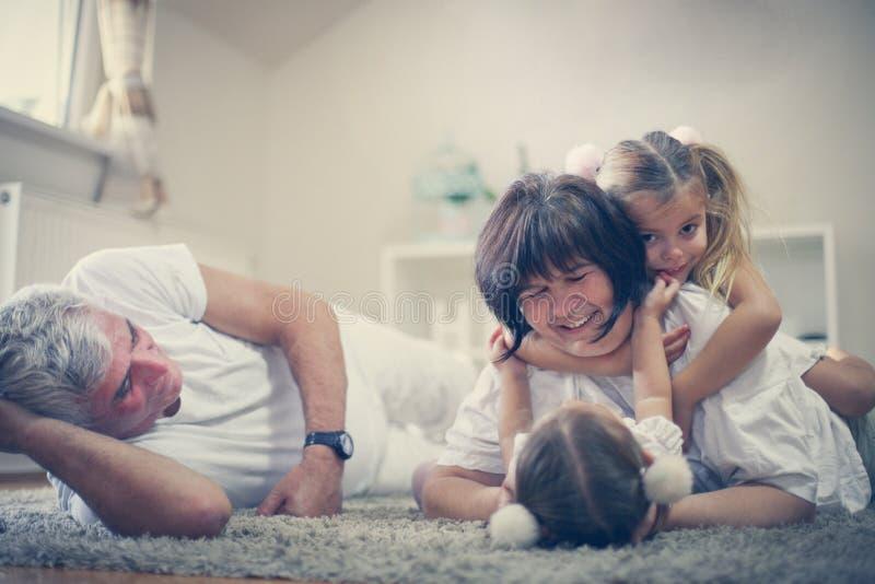 Farmodern och farfadern har lek med små flickor royaltyfri fotografi