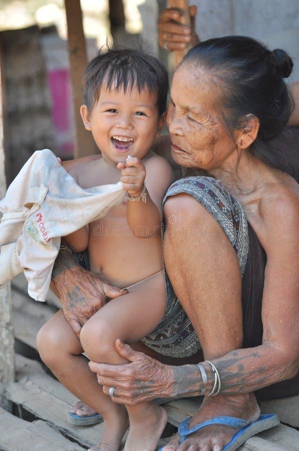 Farmor med barnbarnet. royaltyfria bilder