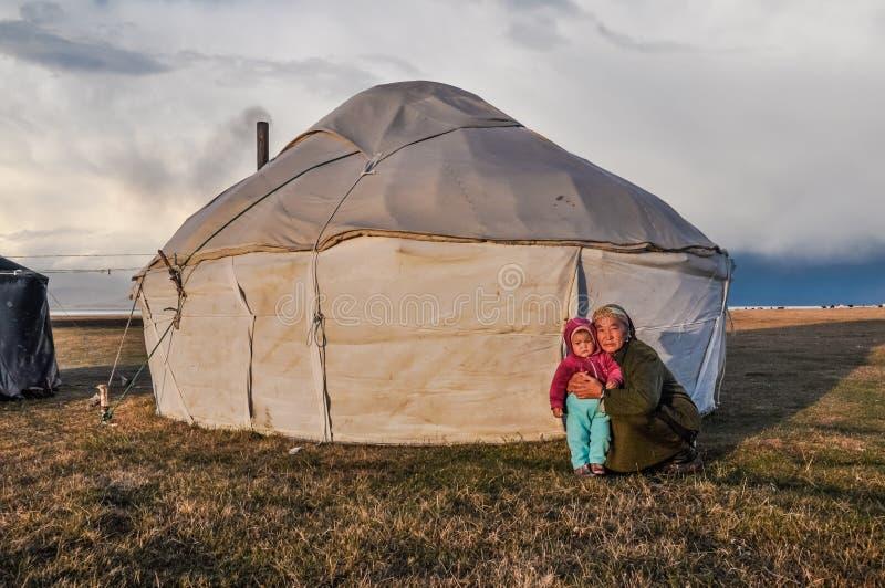 Farmor med barnbarnet i Kirgizistan royaltyfri fotografi
