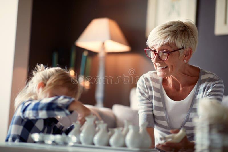 Farmor med sondottern som har gyckel arkivbilder