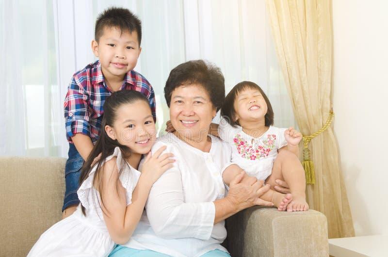 Farmor och barnbarn royaltyfri bild