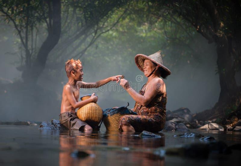Farmor och barnbarn Asien arkivbilder