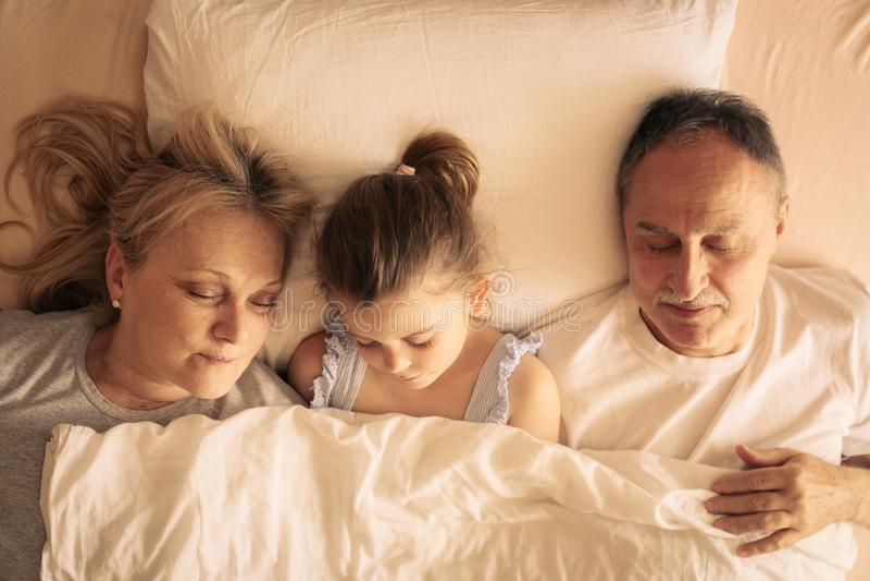 Farmor och farfar som tillsammans sover i säng arkivfoton
