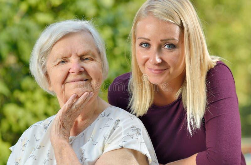 Farmor och sondotter royaltyfria bilder