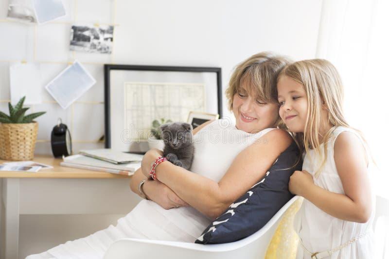 Farmor och sondotter Förälskelse- och omsorgbegrepp arkivbild