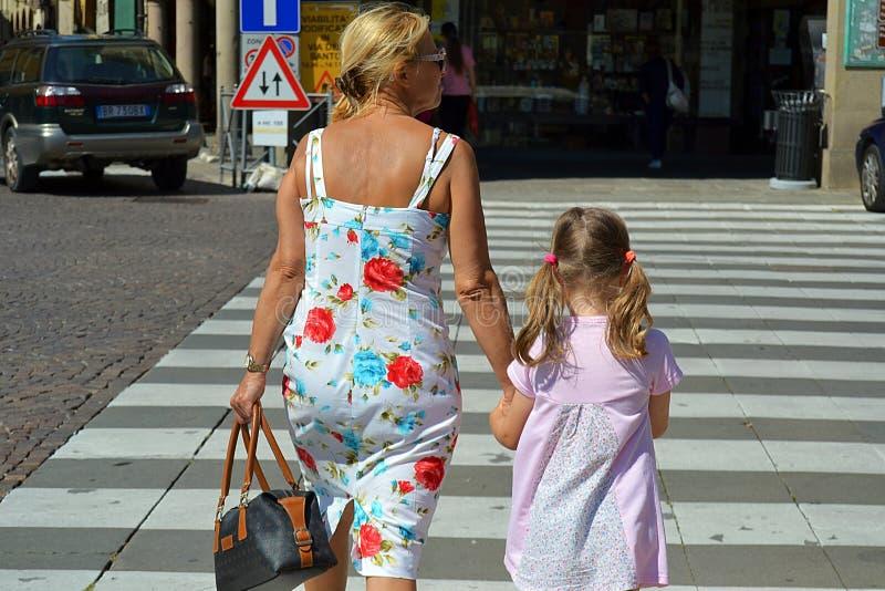 Farmor och sondotter, nipote, trafiklagar, attentionI royaltyfri foto