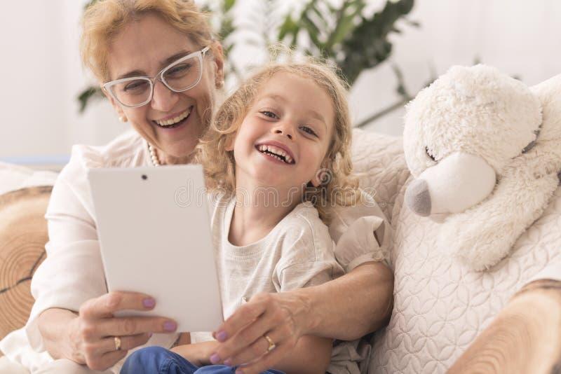 Farmor som tar selfie med barnet royaltyfria foton